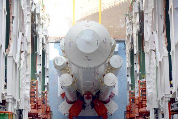 Instalando los cohetes de combustible sólido en el PSLV C37 alrededor de la primera etapa (ISRO).
