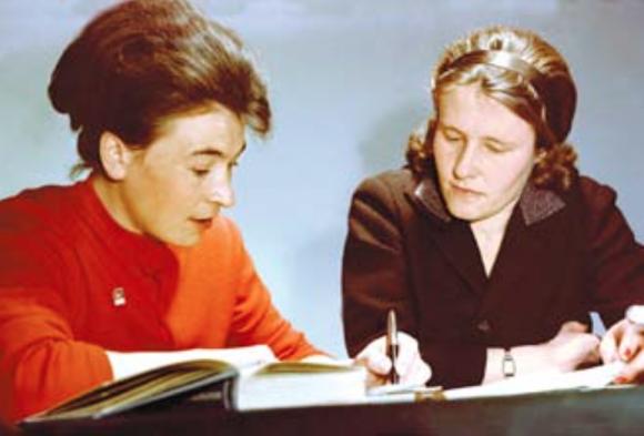 Valentina Ponomariova (derecha) e Irina Solovyovva, segunda y primera suplente de Tereshkova en la Vostok 6.