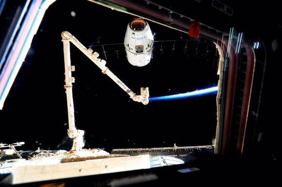 Captura de la Dragon CRS-9 por el brazo robot de la ISS (NASA).