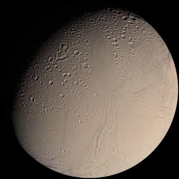 Encélado visto por la Voyager 2 en 1981 (NASA/JPL).
