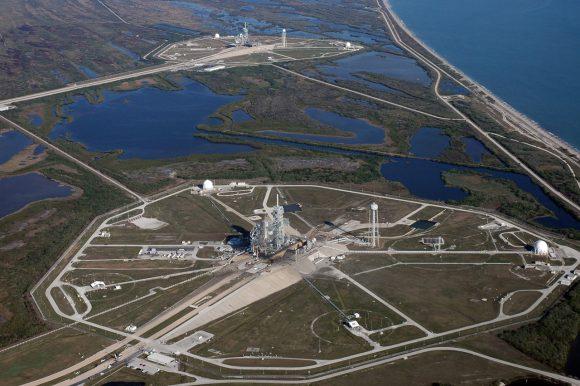 Las dos rampas 39A (en primer plano) y 39B del Centro Espacial Kennedy (NASA).