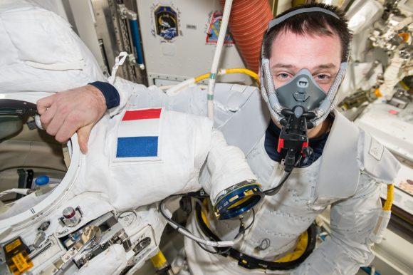 Pesquet purga el nitrógeno de su sangre antes de la EVA (NASA).