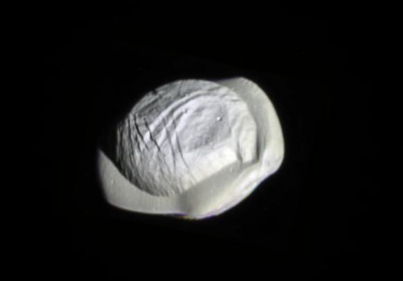 Otra vista de Pan y su sorprendente disco de material (NASA/JPL/Ian Regan).