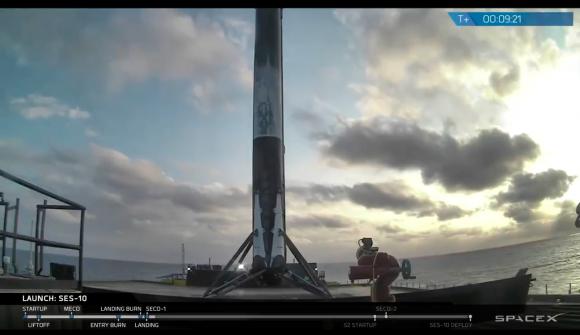 Aterrizaje de la primera etapa en la barcaza (SpaceX).