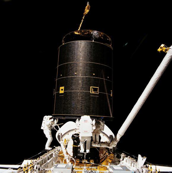 Rescate del satélite Intelsat 603 durante la STS-49 Endeavour en 1992 (NASA).