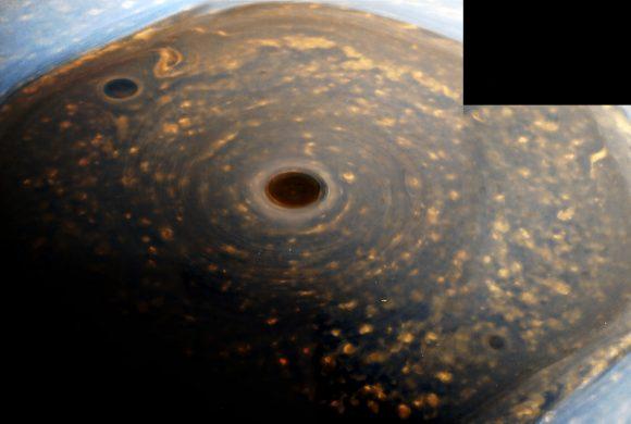 El hexágono del polo norte y su huracán central en infrarrojo (NASA/JPL-Caltech/Kevin M. Gill @kevinmgill)