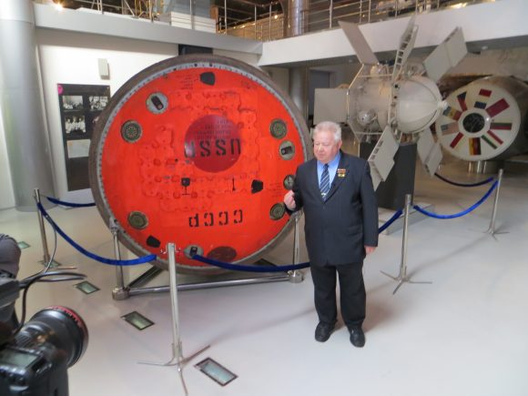 Grechko en el Museo de la Cosmonáutica de Moscú en 2013 al lado de la cápsula Soyuz 17 con la que realizó su primera misión espacial (Eureka).