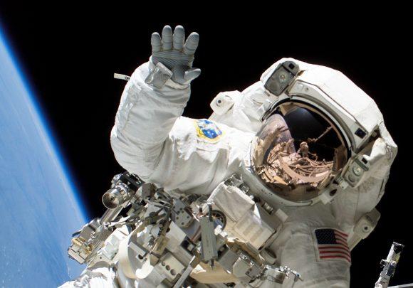 La astronauta Heidemarie Stefanyshyn-Piper usa una escafandra EMU en una EVA de la misión STS-115 (NASA).