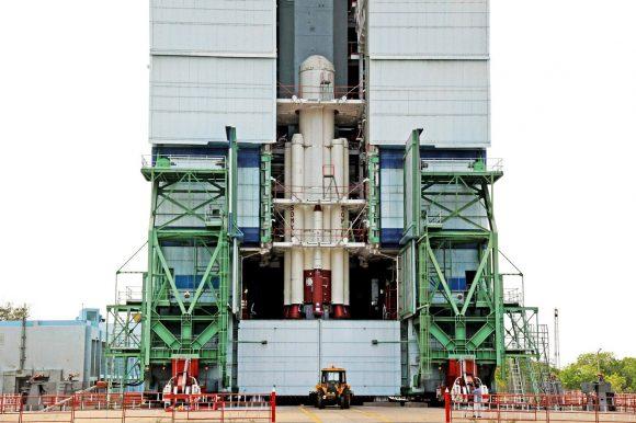 Instalando los cohetes de combustible sólido en el PSLV C38 alrededor de la primera etapa (ISRO).
