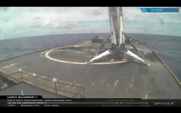 La primera etapa sobre la barcaza (SpaceX).