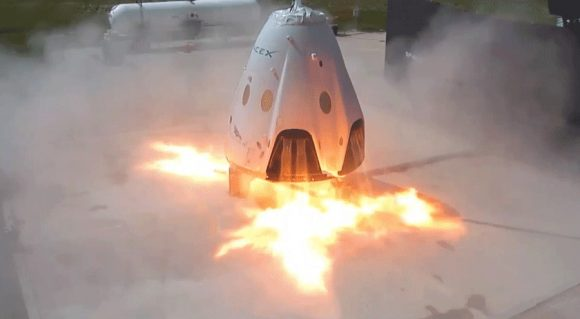 Prueba del sistema de aborto en el despegue de la Dragon 2 de SpaceX. Los 8 motores Super Draco también se debían emplear para aterrizar la nave, pero SpaceX ha cancelado por el momento esta posibilidad (SpaceX).