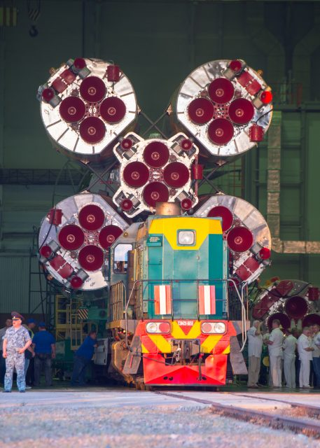 Soyuz_MS-05_spacecraft_roll_out (1)