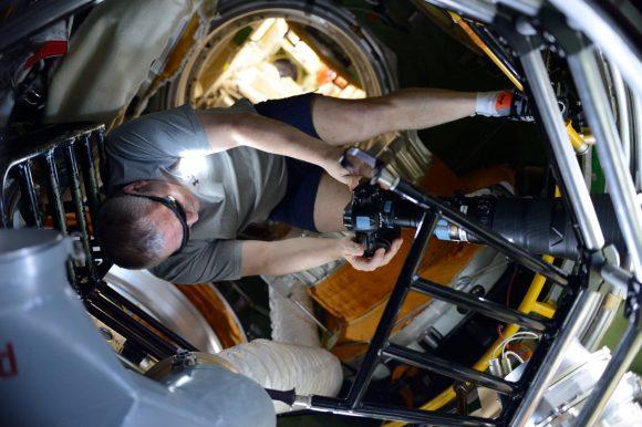 Yuri Yurchijin fotografiando el eclipse desde la ISS (Roscosmos).