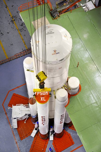 Instalando los cohetes de combustible sólido en el PSLV C39 alrededor de la primera etapa (ISRO).