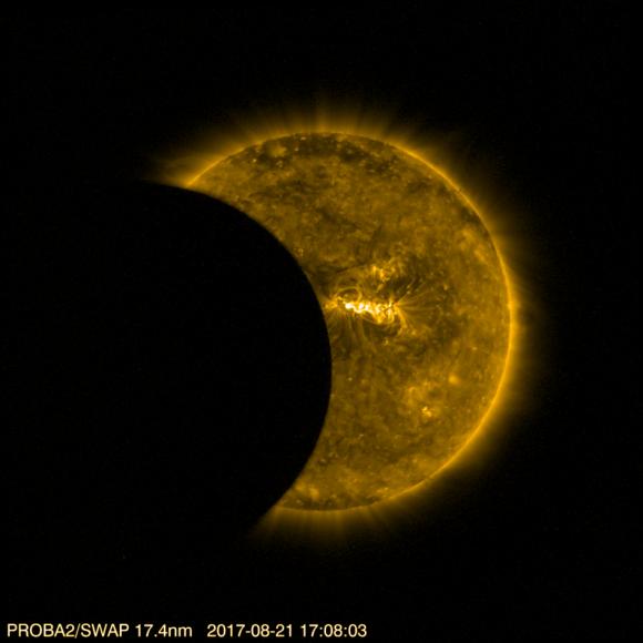 El eclipse visto en ultravioleta por la cámara SWAP del satélite PROBA 2 de la ESA, situado en una órbita a 800 kilómetros de altura (ESA/Royal Observatory Belgium).