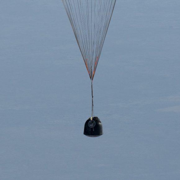 Detalle de la cápsula Soyuz MS-02 durante el descenso (NASA).