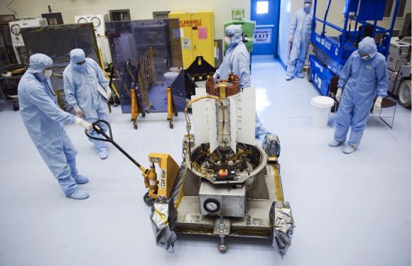 El MMRTG del rover Curiosity durante su traslado (NASA).