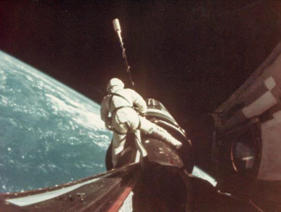 """Gordon """"cabalgando"""" la etapa Agena durante la misión Gémini 11 (NASA)."""