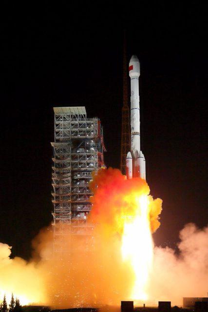 Lanzamiento de los Beidou 24 y 25 (Xinhua).