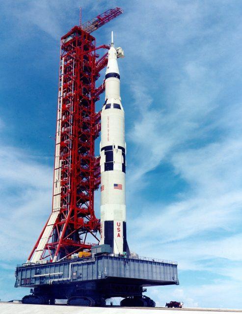 El primer Saturno V camino a la rampa 39A (NASA).