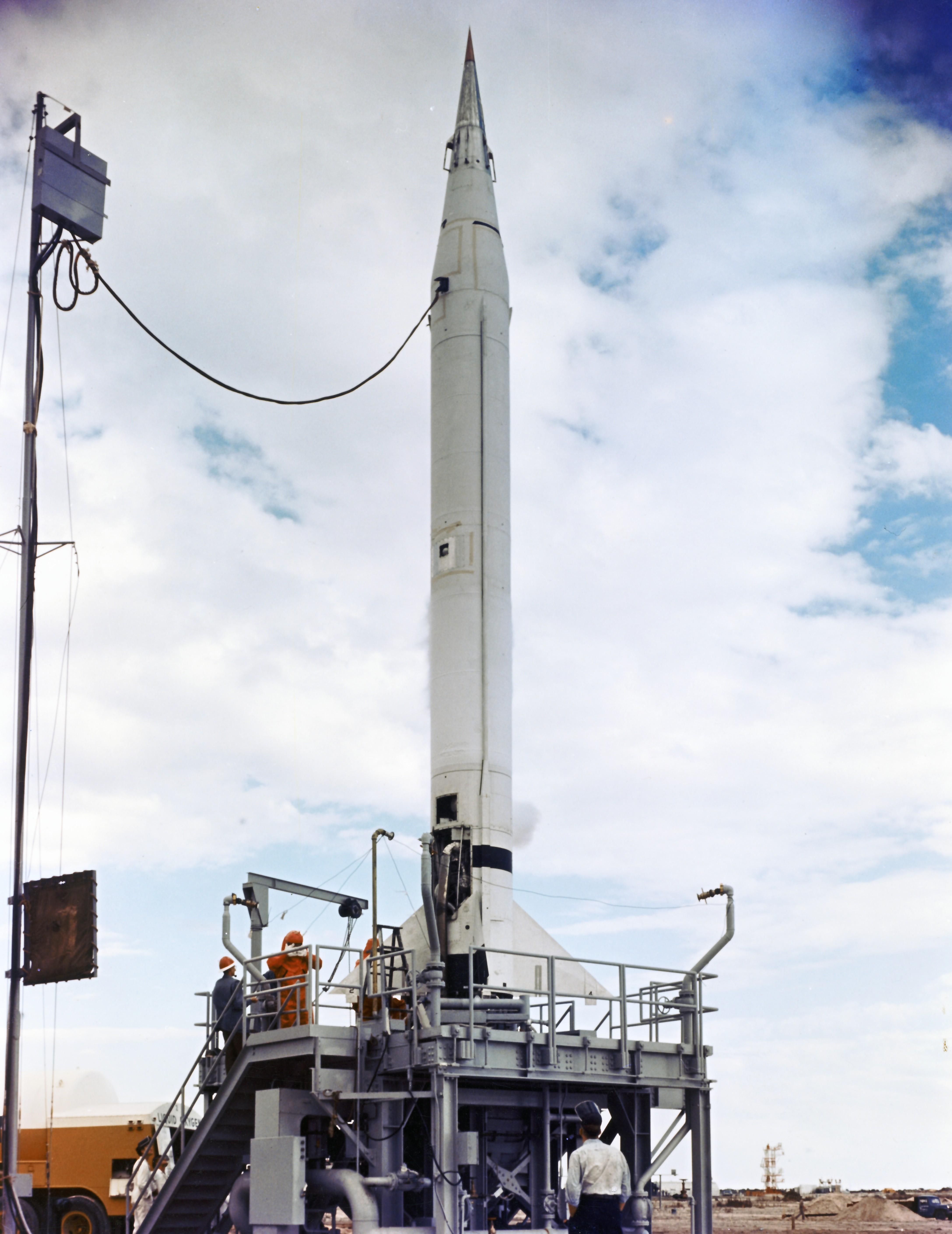 El Vanguard TV-0 (un cohete Viking) antes del lanzamiento (NASA).