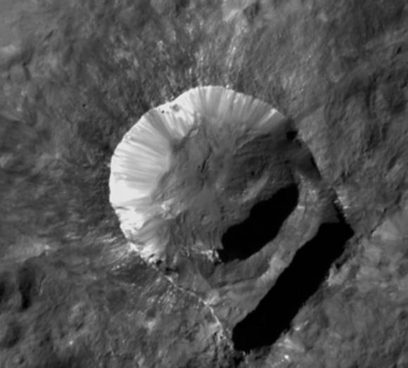 Cráter Oxo, un ejemplo de cráter con manchas blancas en sus paredes (NASA/JPL-Caltech/UCLA/MPS/DLR/IDA).