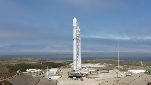 El ohete Falcon 9 de esta misión en la rampa (SpaceX).