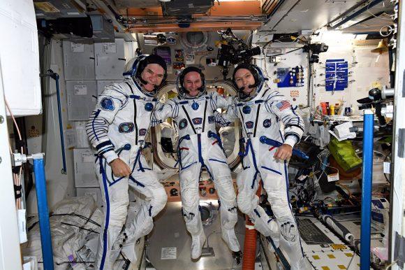 Los tripulantes de la Soyuz MS-05 prueban sus escafandras IVA Sokol KV2 (ESA).