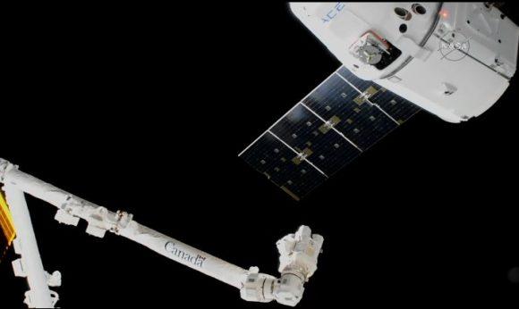 La Dragon SpX-13 es capturada por el brazo robot de la estación el 17 de diciembre (NASA).