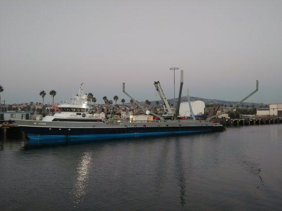 Barco usado por SpaceX aparentemente para recuperar la cofia con una red (Thiago V Goncalves, @zerosixbravo).