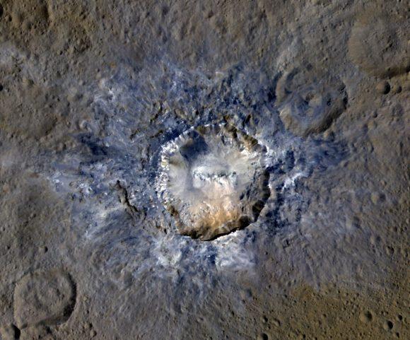 Haulani es un joven cráter asociado a manchas blancas (NASA/JPL-Caltech/UCLA/MPS/DLR/IDA).