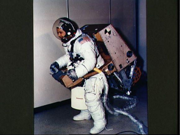 McCandless prueba la ASMU en tierra (NASA).