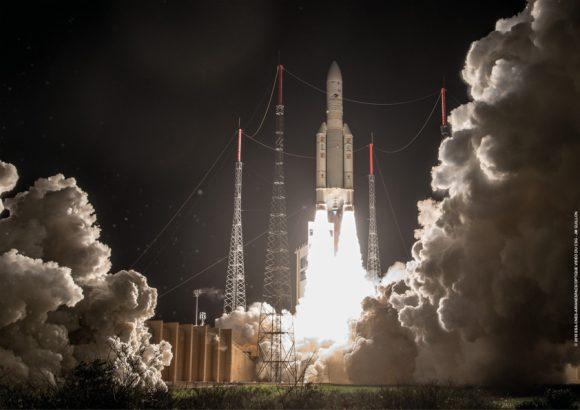 Lanzamiento del Ariane 5 en la misión VA241 (Arianespace).