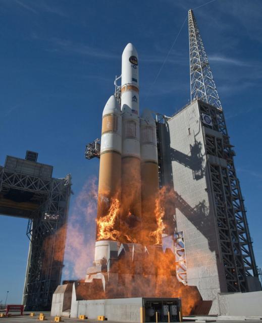 Lanzamiento de un Delta IV Heavy desde Vandenberg con el satélite NROL-49 en 2011 (ULA).
