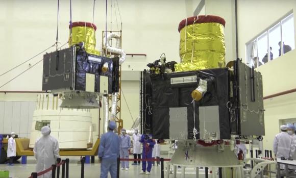 Los dos satélites siendo preparados para el lanzamiento (Xinhua).