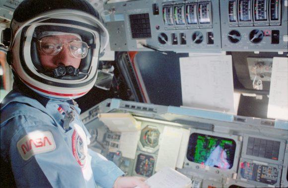 Young en la STS-9 (NASA).