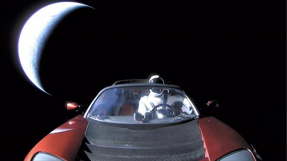 Última imagen de Starman con la Tierra al fondo una vez situado en una trayectoria de escape (SpaceX).
