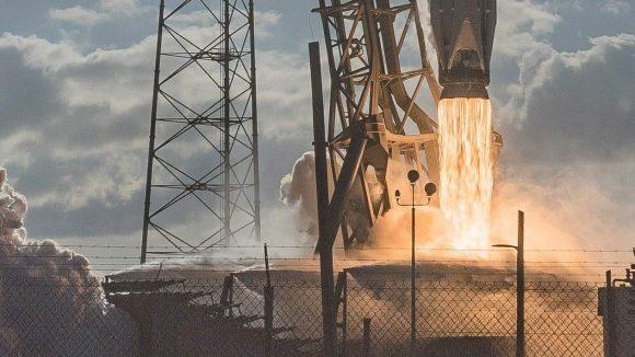 Lanzamiento de un Falcon 9 v1.2 con el satélite GovSat 1 (Ryan Chylinski).
