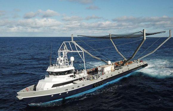 El barco Mr Steven para recuperar la cofia (SpaceX).