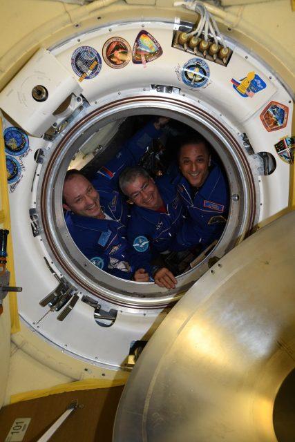 La tripulación de la Soyuz MS-06 antes de cerrar la escotilla de la Soyuz (NASA).