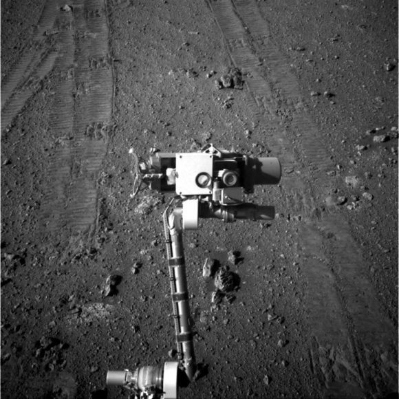 La cámara principal de Oppy fotografía el isntrumento MI mientras realiza el selfie (JPL/NASA).