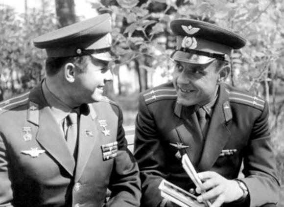 Gagarin (izquierda) y Komarov.