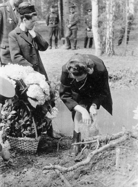 La viuda de Gagarin en el lugar del accidente.