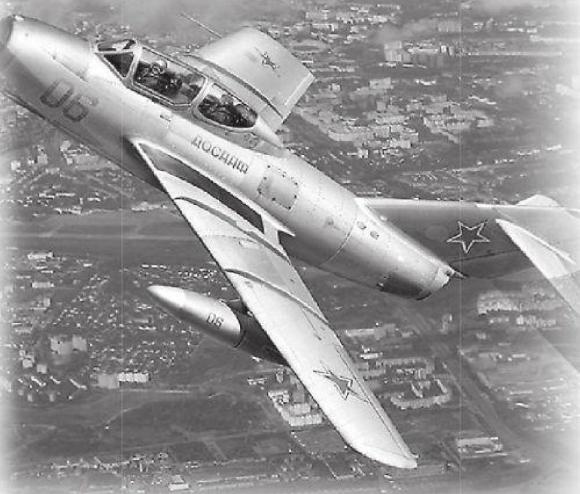 Avión MiG-15 UTI.