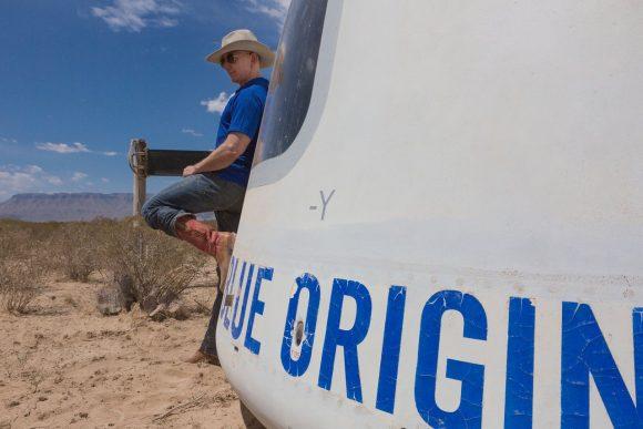 Bezos con la cápsula tras el octavo vuelo del NS (Blue Origin).