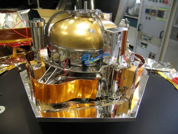Detalle de la esfera de titanio de SEIS (NASA).