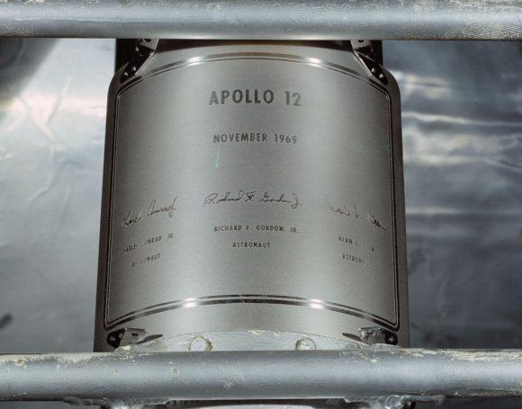 La placa del Apolo 12 con la firma de Bean sigue en la Luna en la etapa de descenso del LM (esta placa fue la única de las seis con un diseño distinto)(NASA).