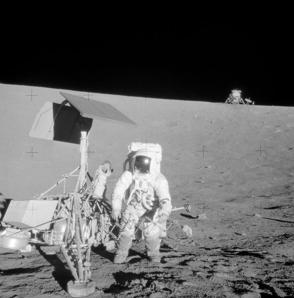 Bean junto al Surveyor 3 con el Intrepid al fondo (NASA).