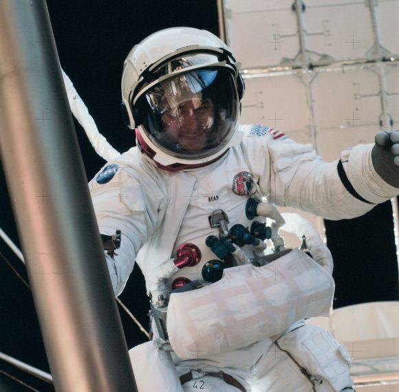 Bean durante su EVA en el Skylab (NASA).