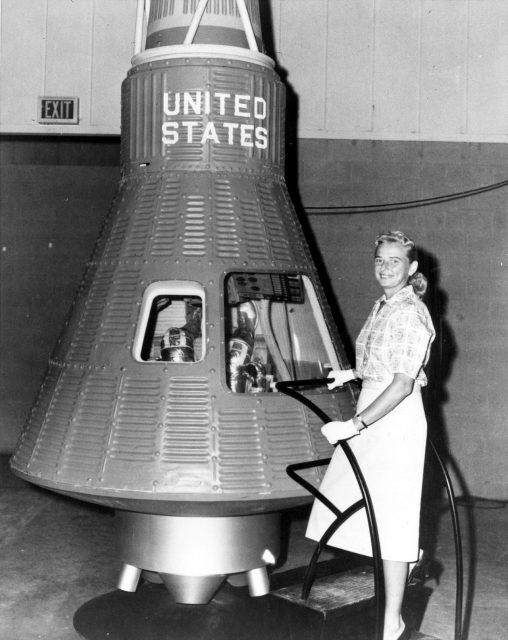Jerrie Cobb frente una cápsula Mercury en un reportaje de la revista LIFE (LIFE).
